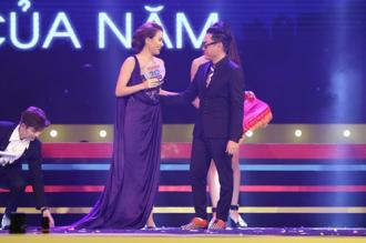 Hoàng Thùy Linh nghẹn ngào nhận giải thưởng đầu tiên sau sự cố