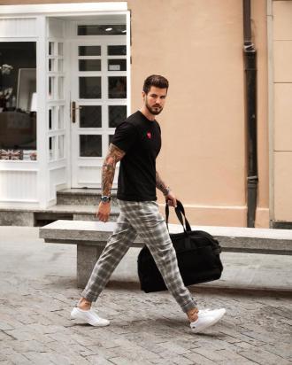Cảm hứng phối quần trouser đơn giản với áo thun tự tin